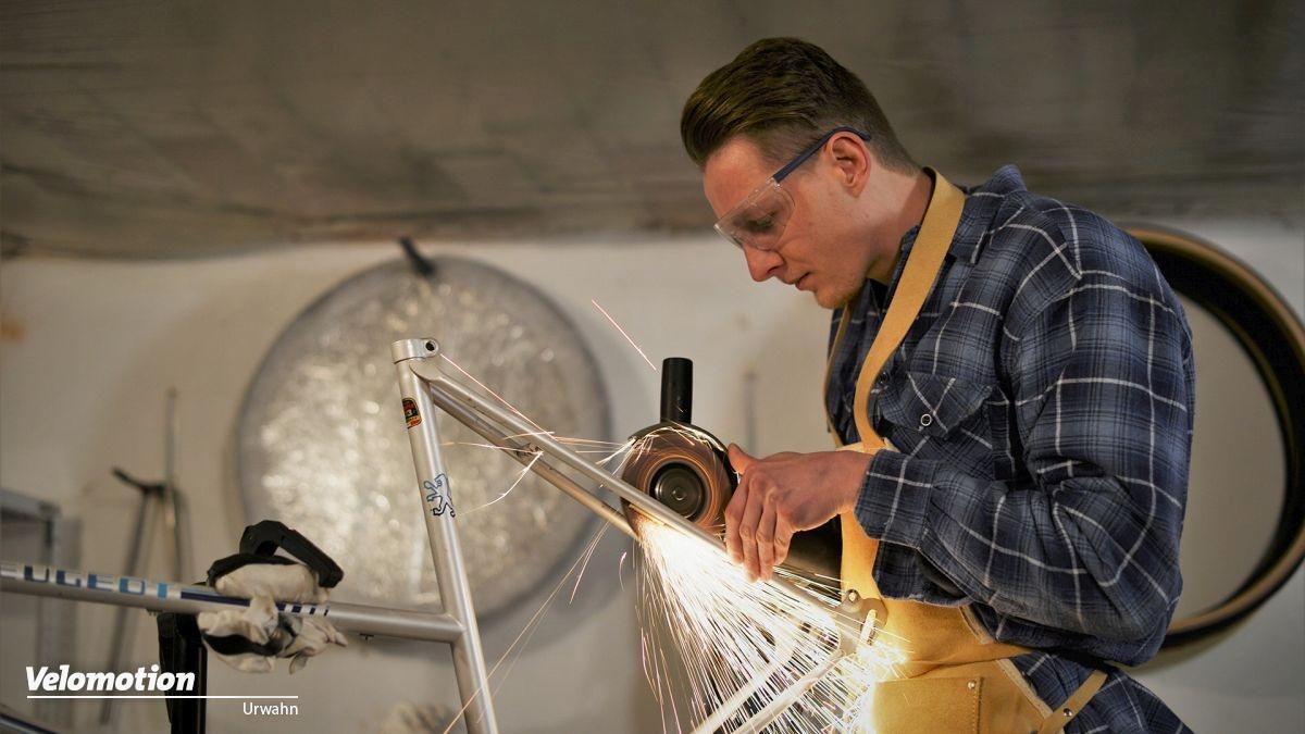 Bild zeigt Sebastian Meinecke bei der Arbeit an einem seiner frühen Räder