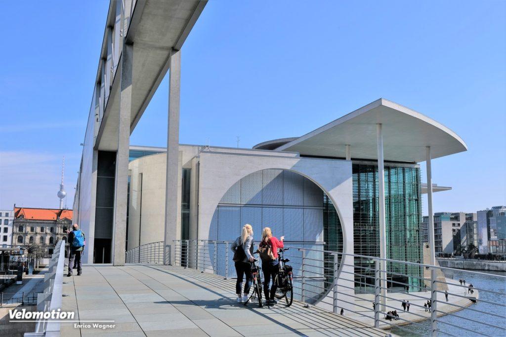 Das weitläufige Regierungsviertel ist mit dem Fahrrad am Besten zu erkunden