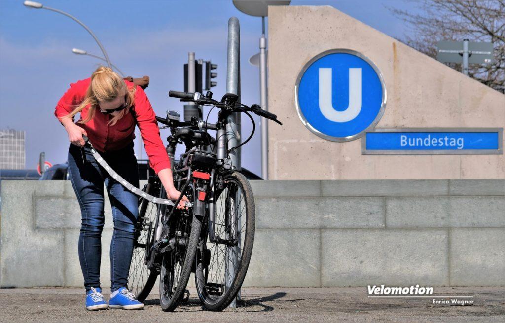 Ein sicheres Abus-Fahrradschloß ist an jedem Travelbike schon dabei. Immer mit dem Rahmen an einem festen Gegenstand anschließen