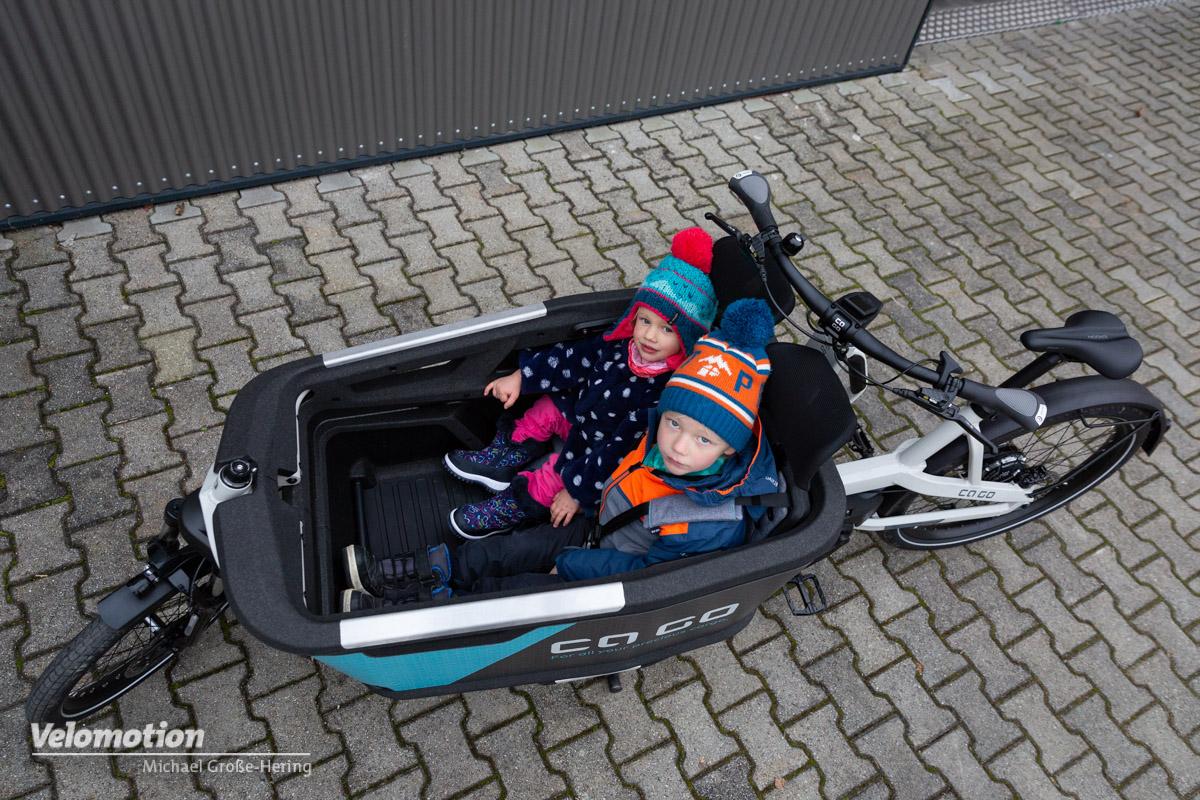 Bild von Oben von 2 Kindern im Ca Go Lastenrad