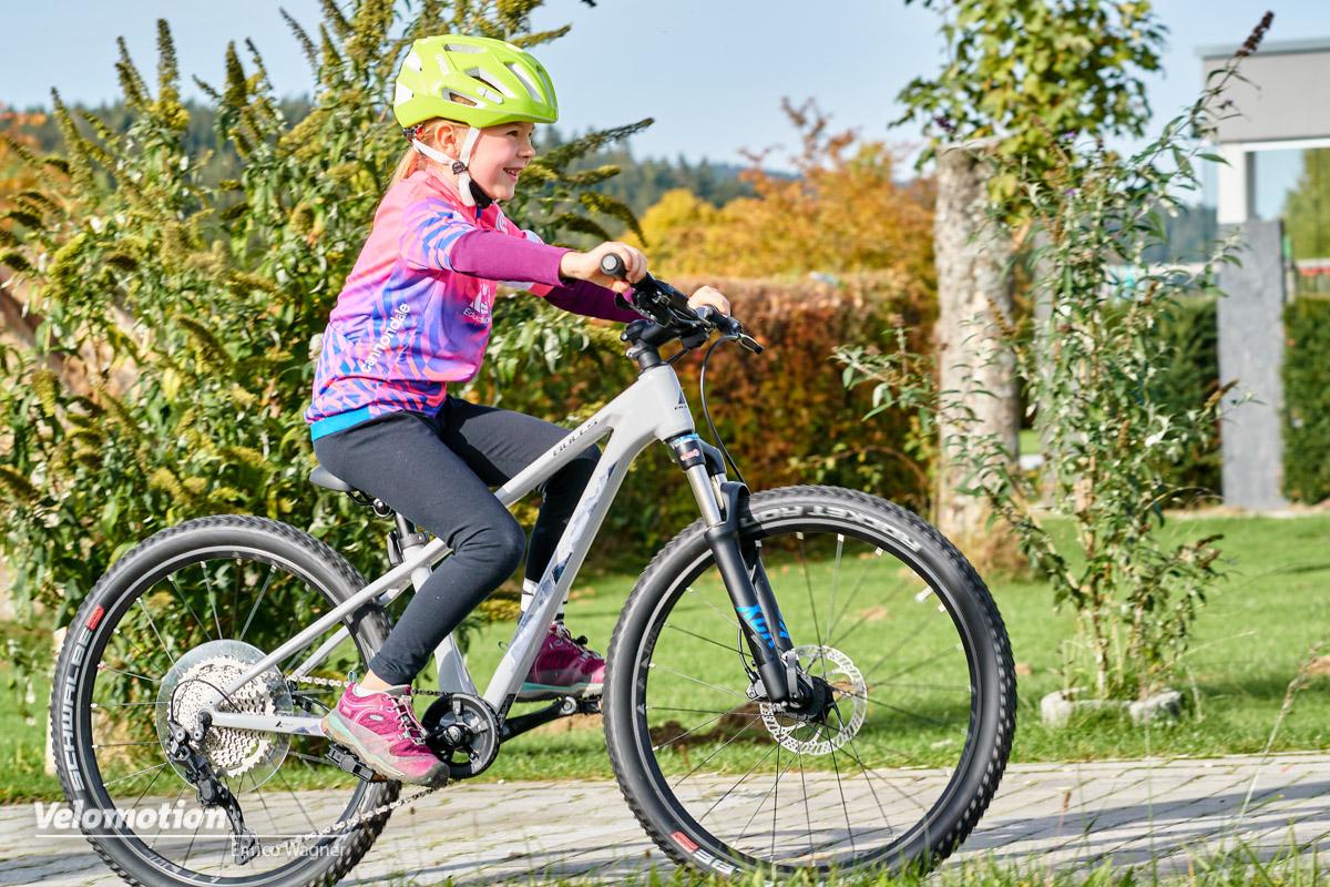 Fahrzeug statt Spielzeug: Bulls Tokee Ultra Lite 24 Carbon-Kinderrad im Test