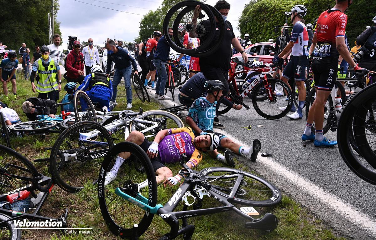 Tour de France Massensturz Zuschauerin